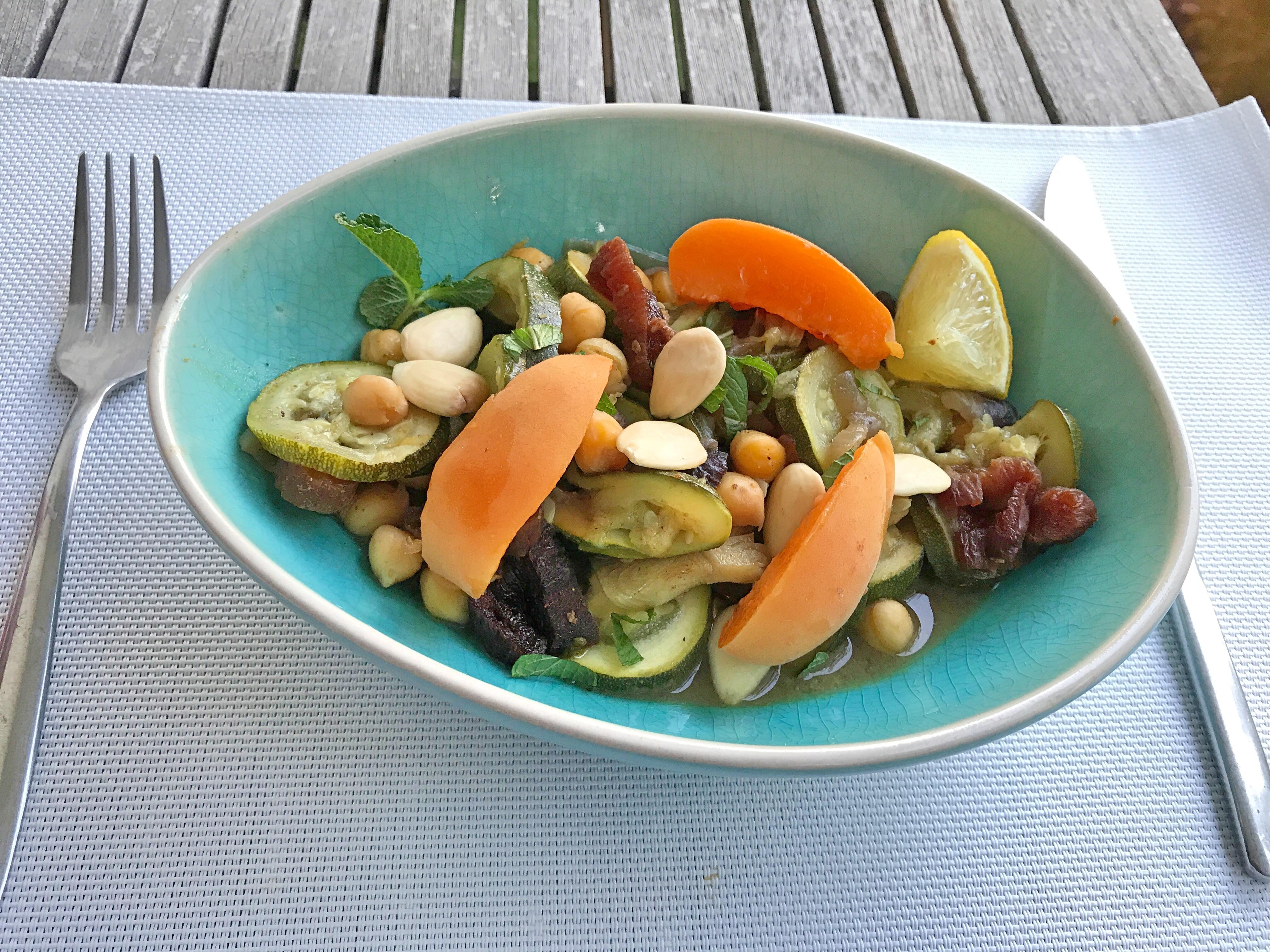 tagine de courgettes et abricots - Recette de Tajine de légumes marocains | Le meilleur plat méditerranéen. Un ragoût de légumes simple et succulent, de style marocain avec des épices, des aromates et des abricots secs. - recettes végétariennes et vegan - atirelarigot